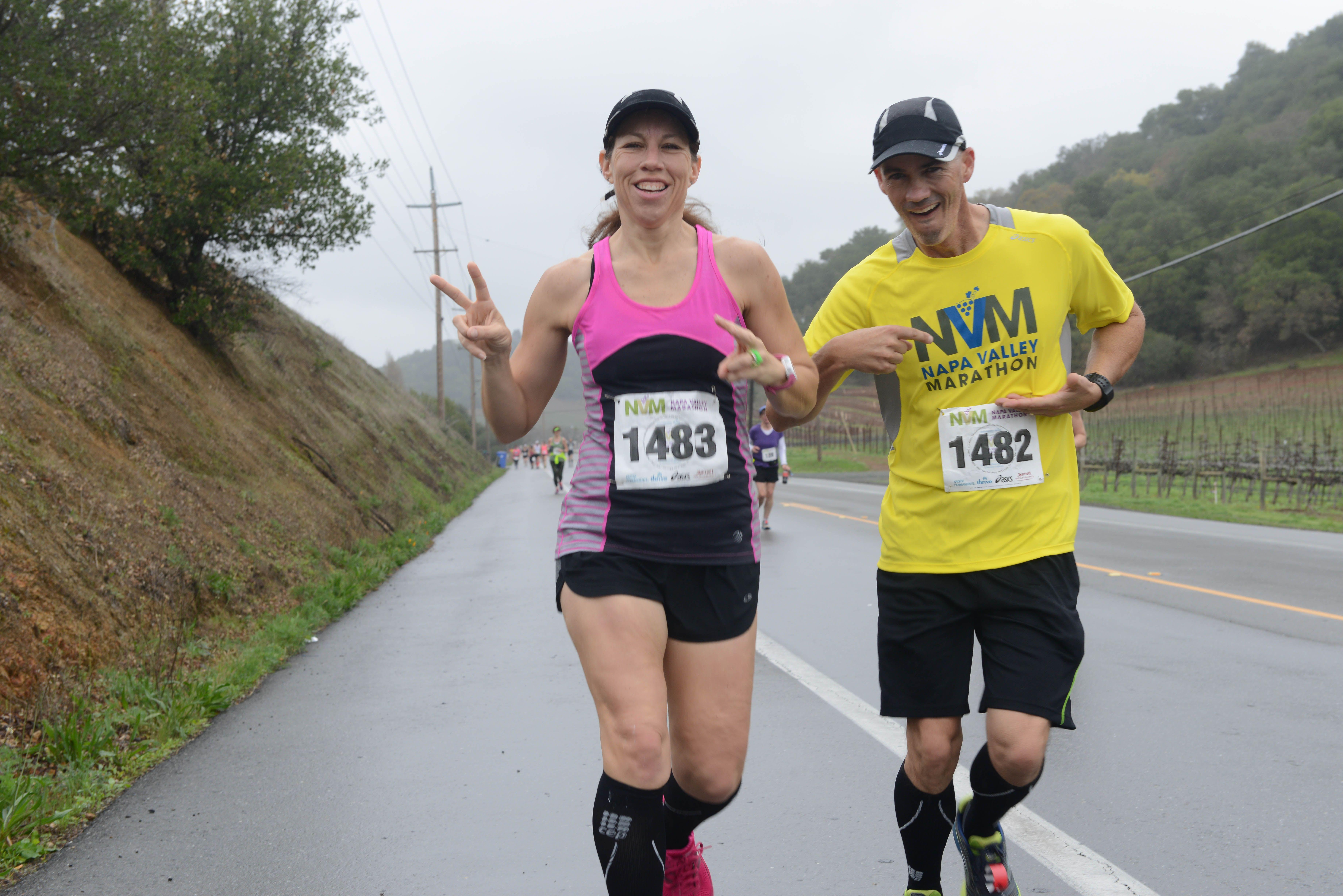 Los corredores del maratón del Valle de Napa sonriendo para la cámara