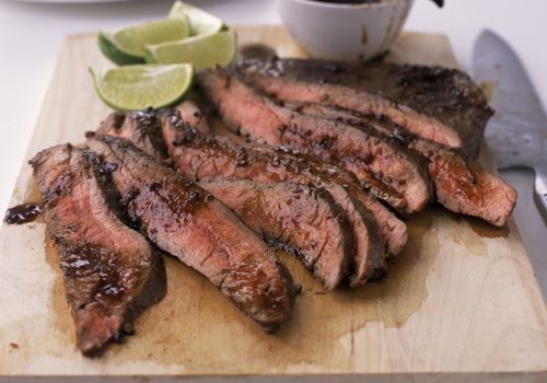 Flank Steak en un tablero de corte
