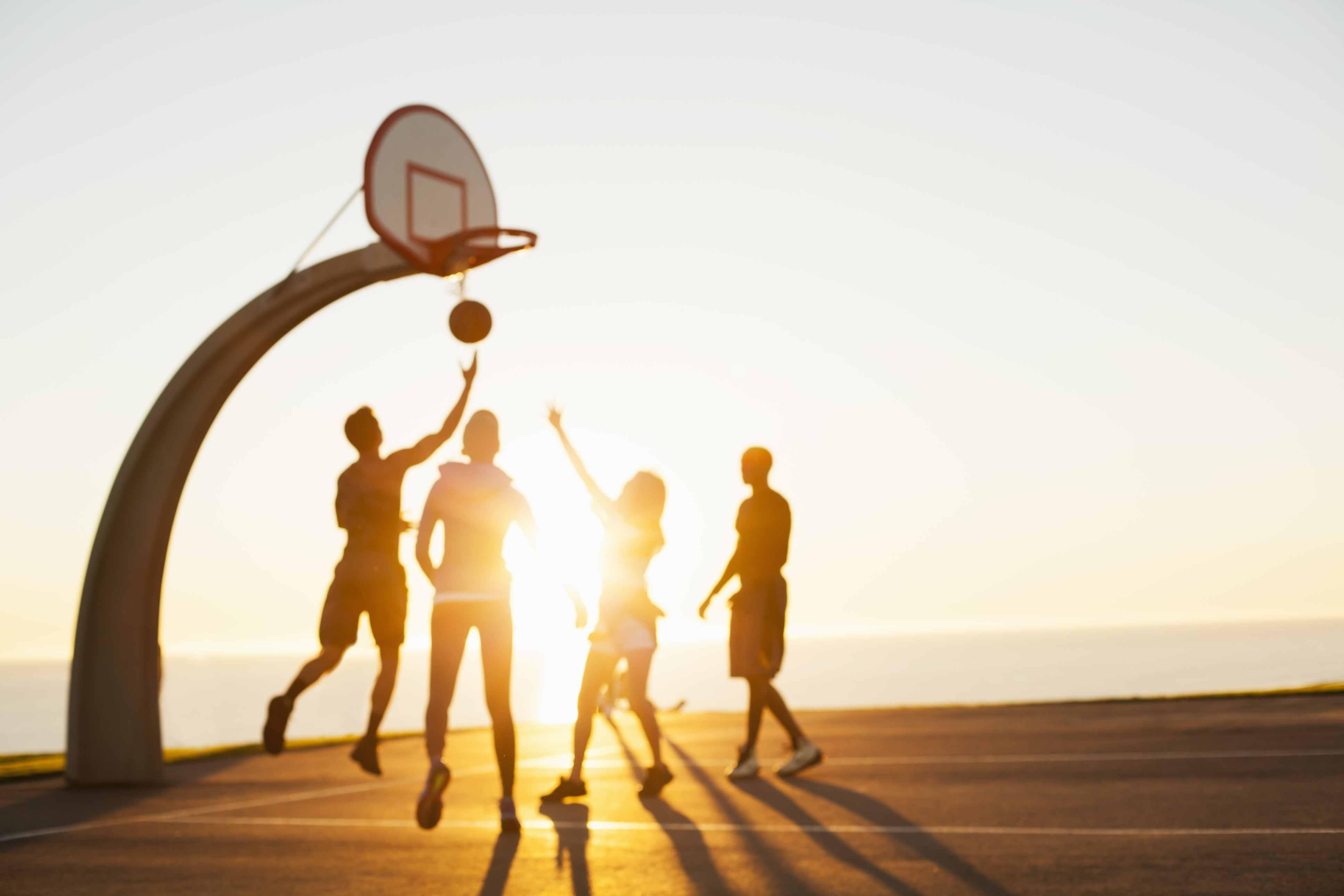 Gente jugando baloncesto