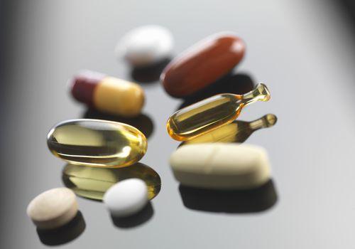 Una selección de vitaminas y suplementos herbales.