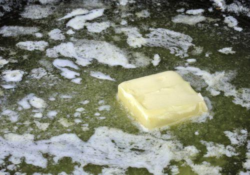Primer plano de la margarina de fusión