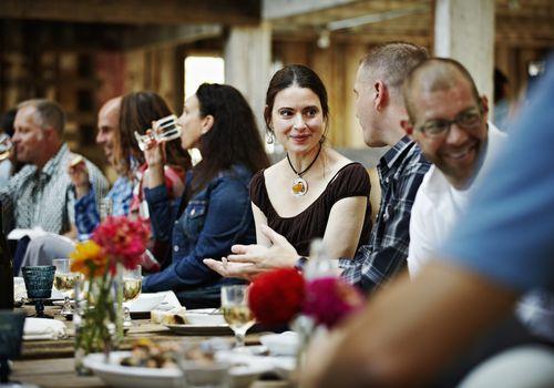 Grupo de amigos y familiares cenando en la mesa
