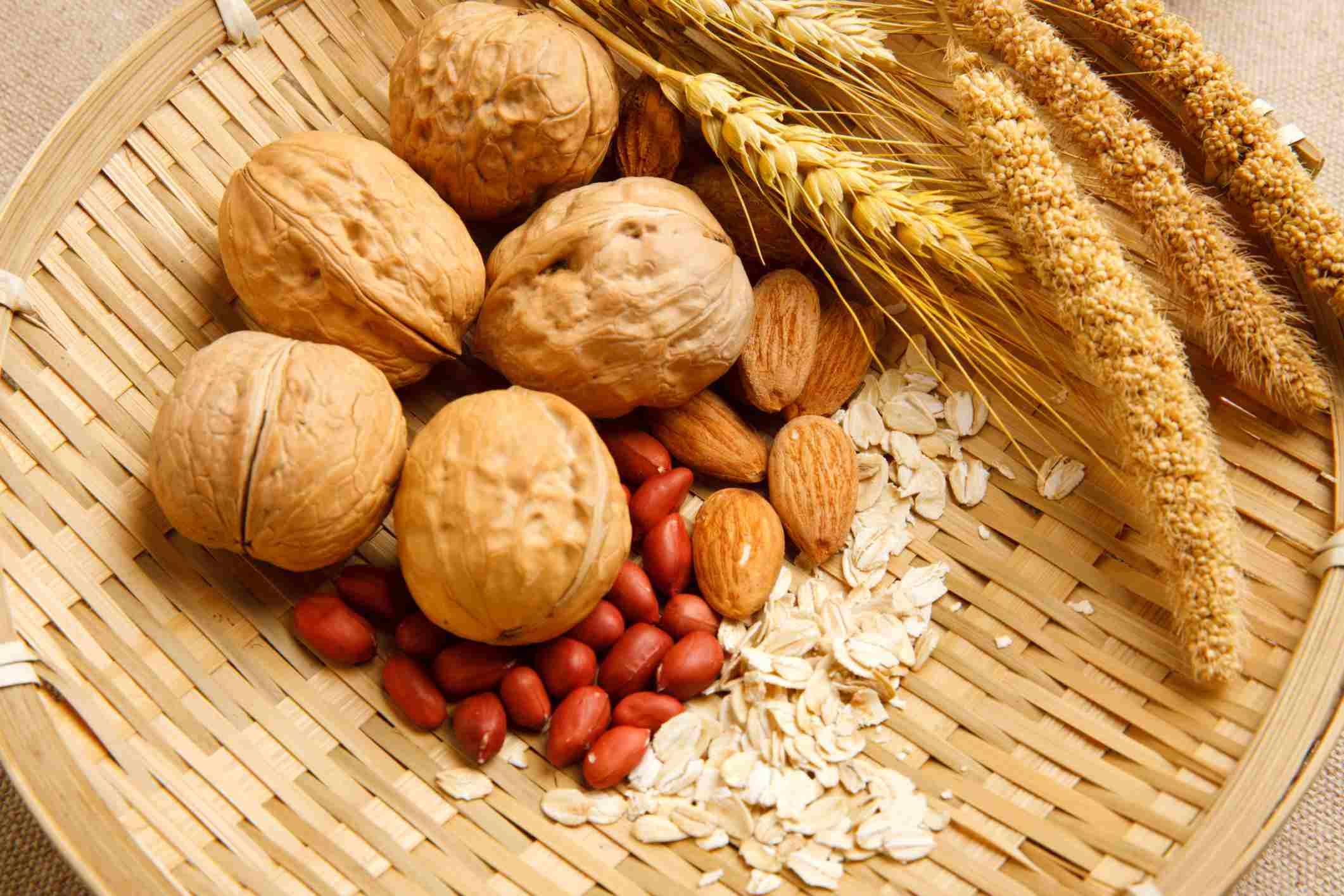 Nueces y semillas en canasta de paja