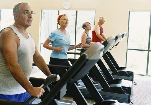Entrenamiento de personas mayores en la cinta de correr