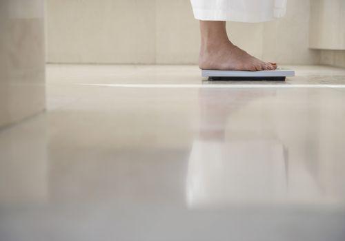 primer plano de pies en una escala