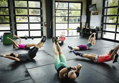 Grupo de amigos haciendo ejercicios abdominales