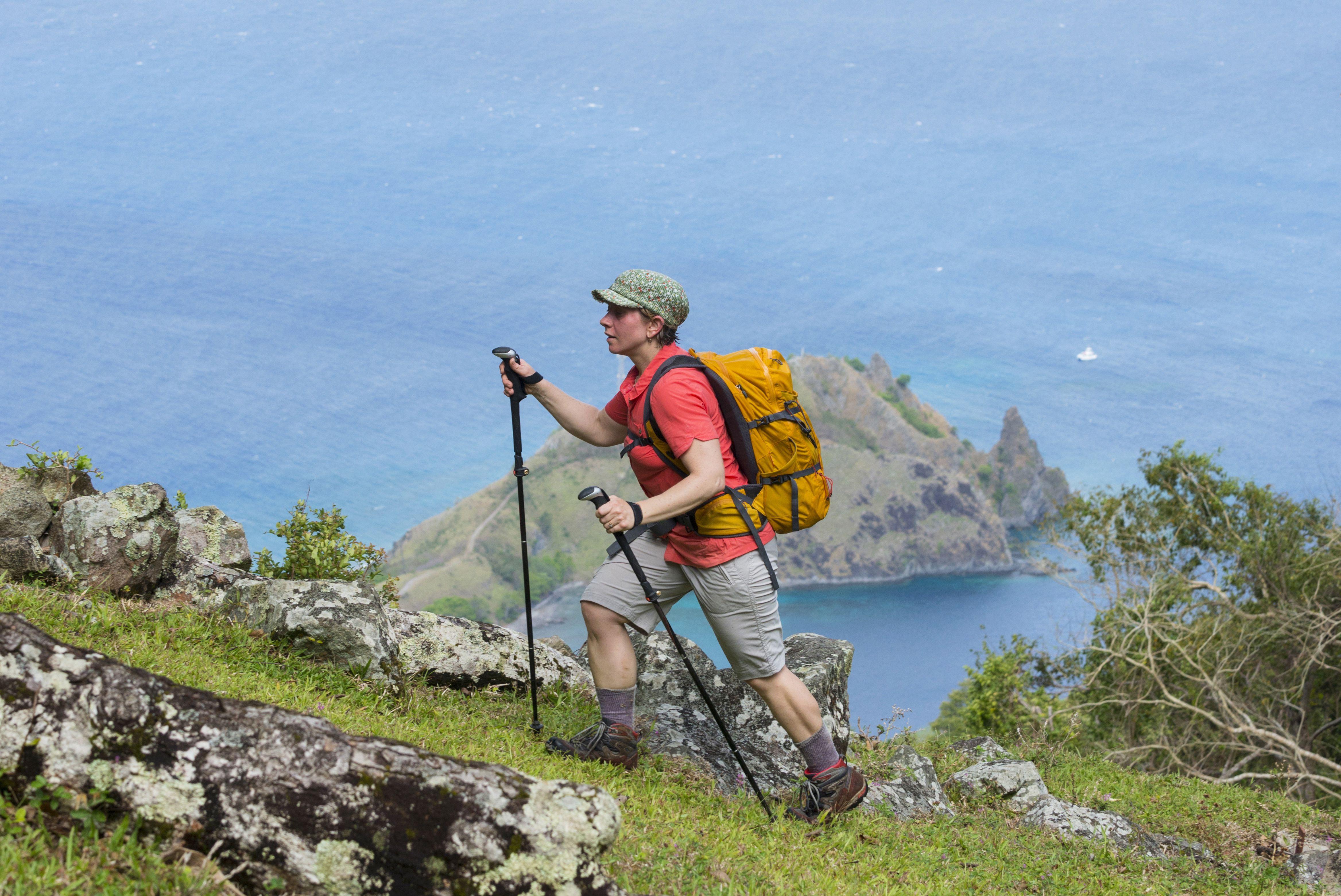 Cuesta arriba con bastones de trekking