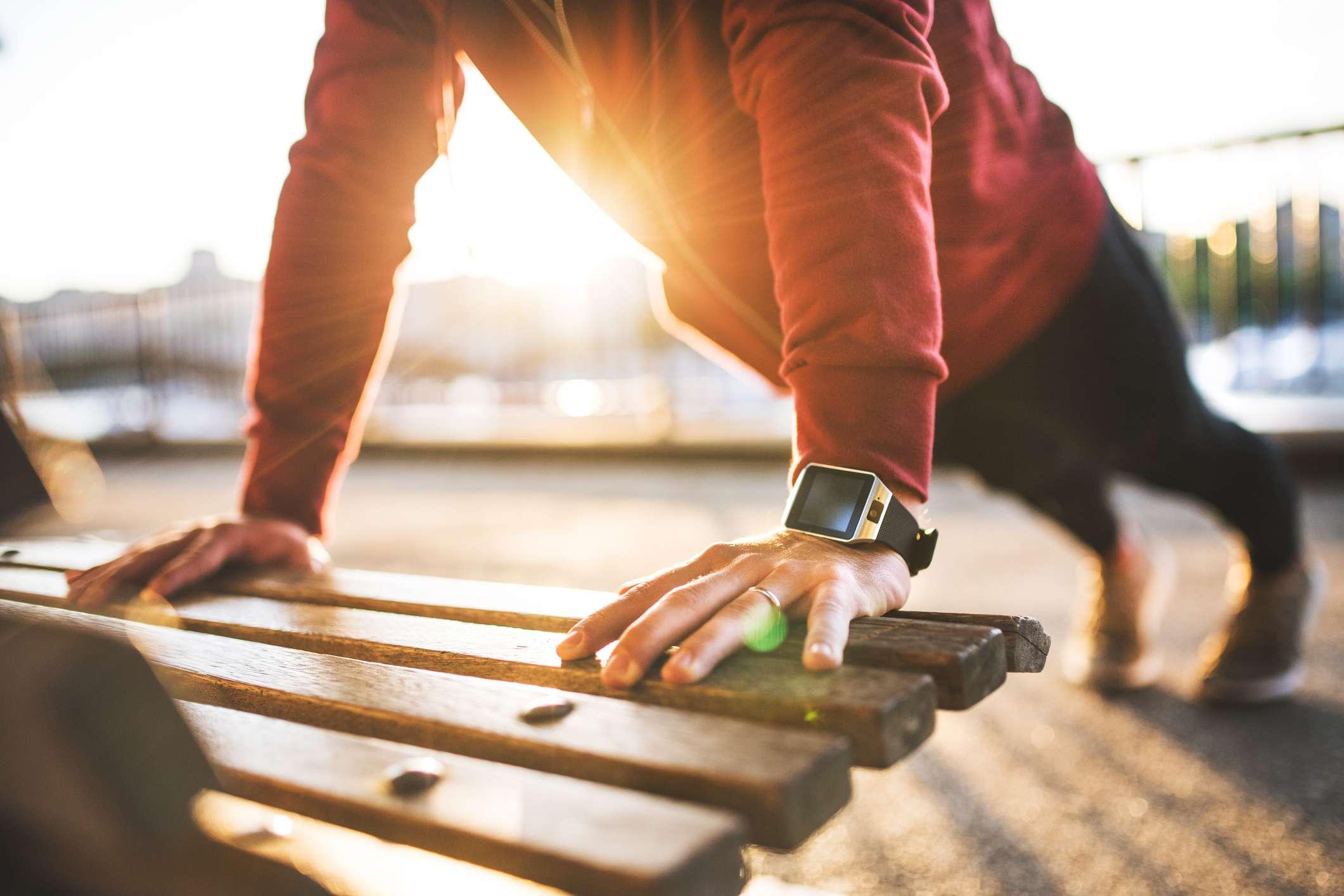 Hombre trabajando al aire libre con reloj inteligente.