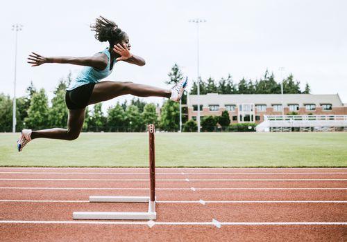 Atleta mujer corre obstáculos para atletismo