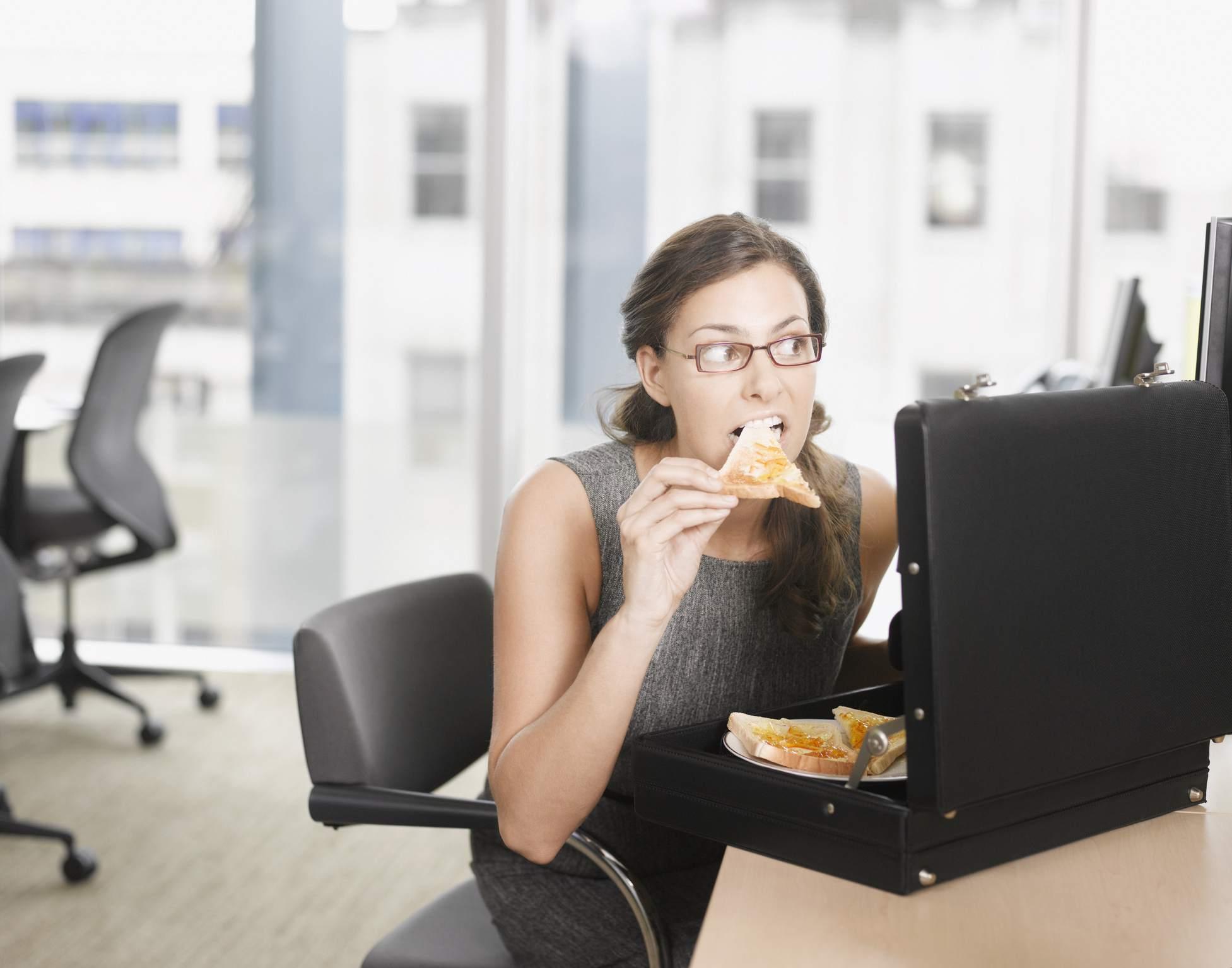 mujer comiendo pizza de maletín