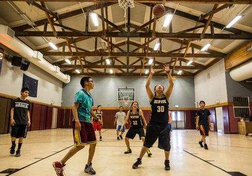 Jugadores de baloncesto de secundaria.