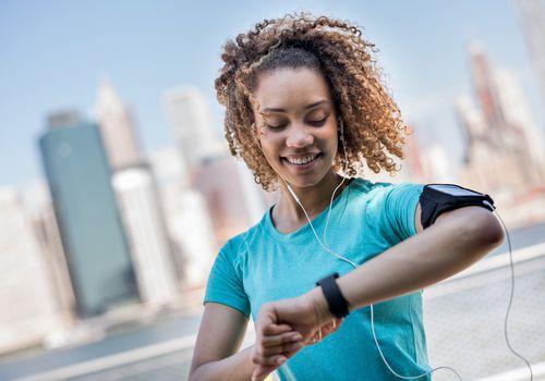 Reloj de fitness mujer comprobando