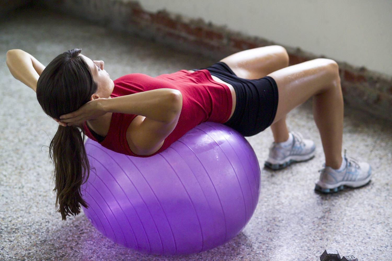 Abdominales con pelota de ejercicio