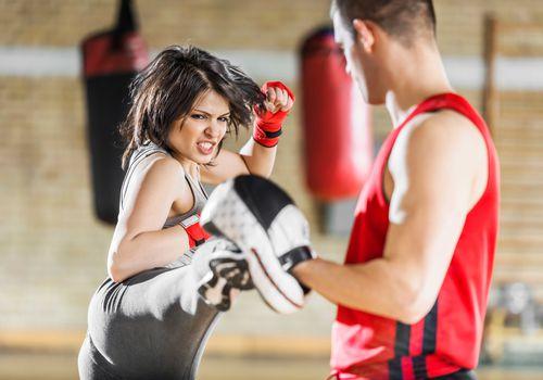 mujer kickboxing