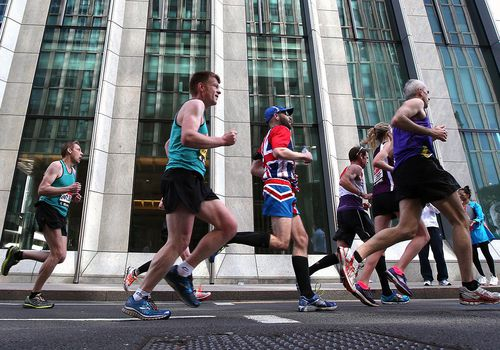 Fun Runners atraviesan Canary Wharf durante el Virgin Money London Marathon 2014 el 13 de abril de 2014 en Londres, Inglaterra.