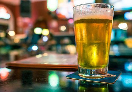 cerveza ligera en el bar del restaurante