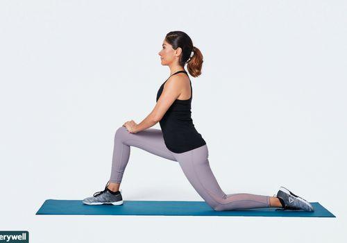 mujer haciendo estiramiento flexor de cadera arrodillado