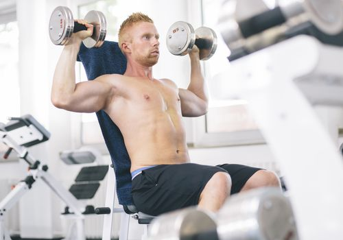 Atleta haciendo ejercicio con pesas