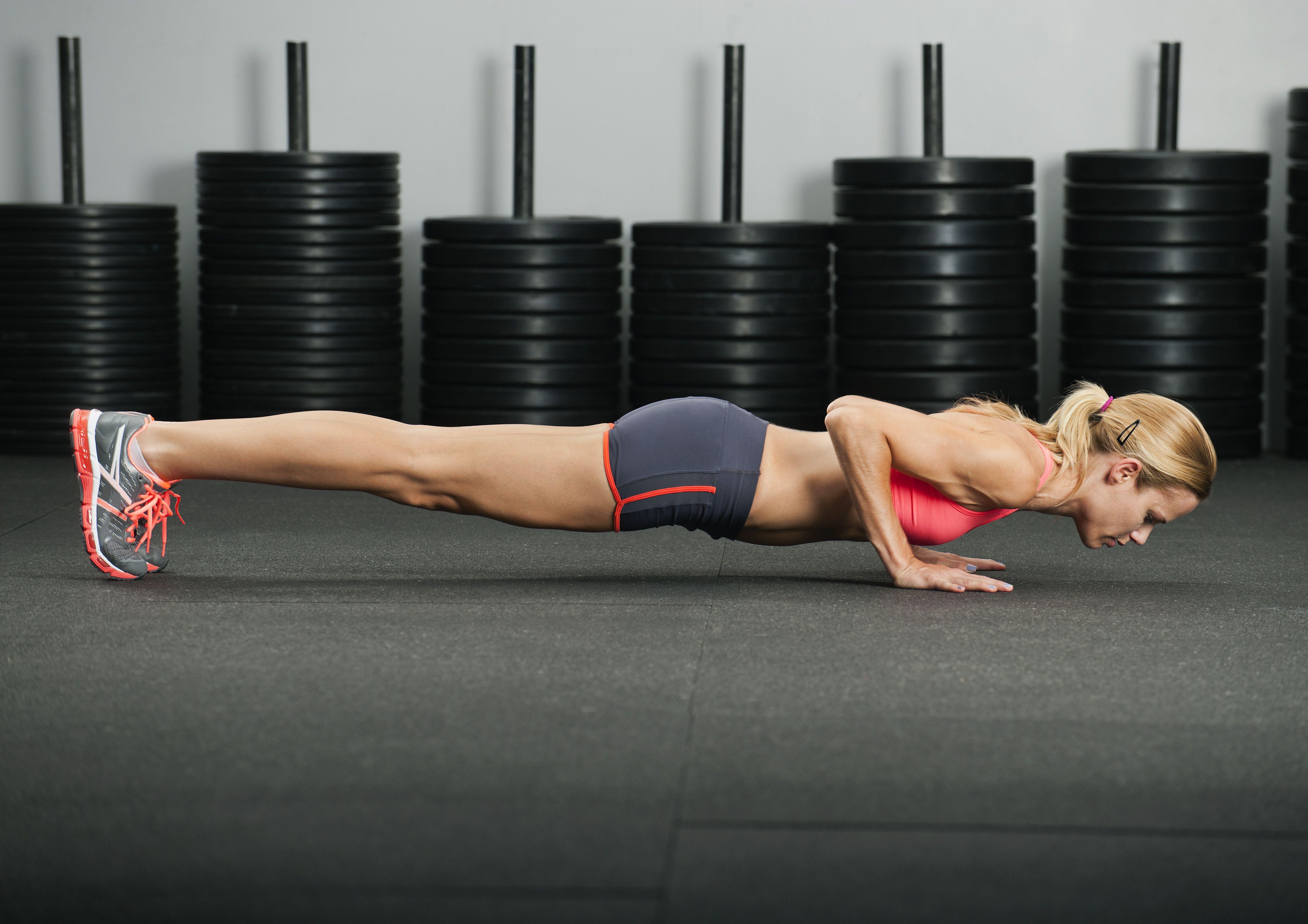 Mujer caucásica, hacer, flexiones de brazos