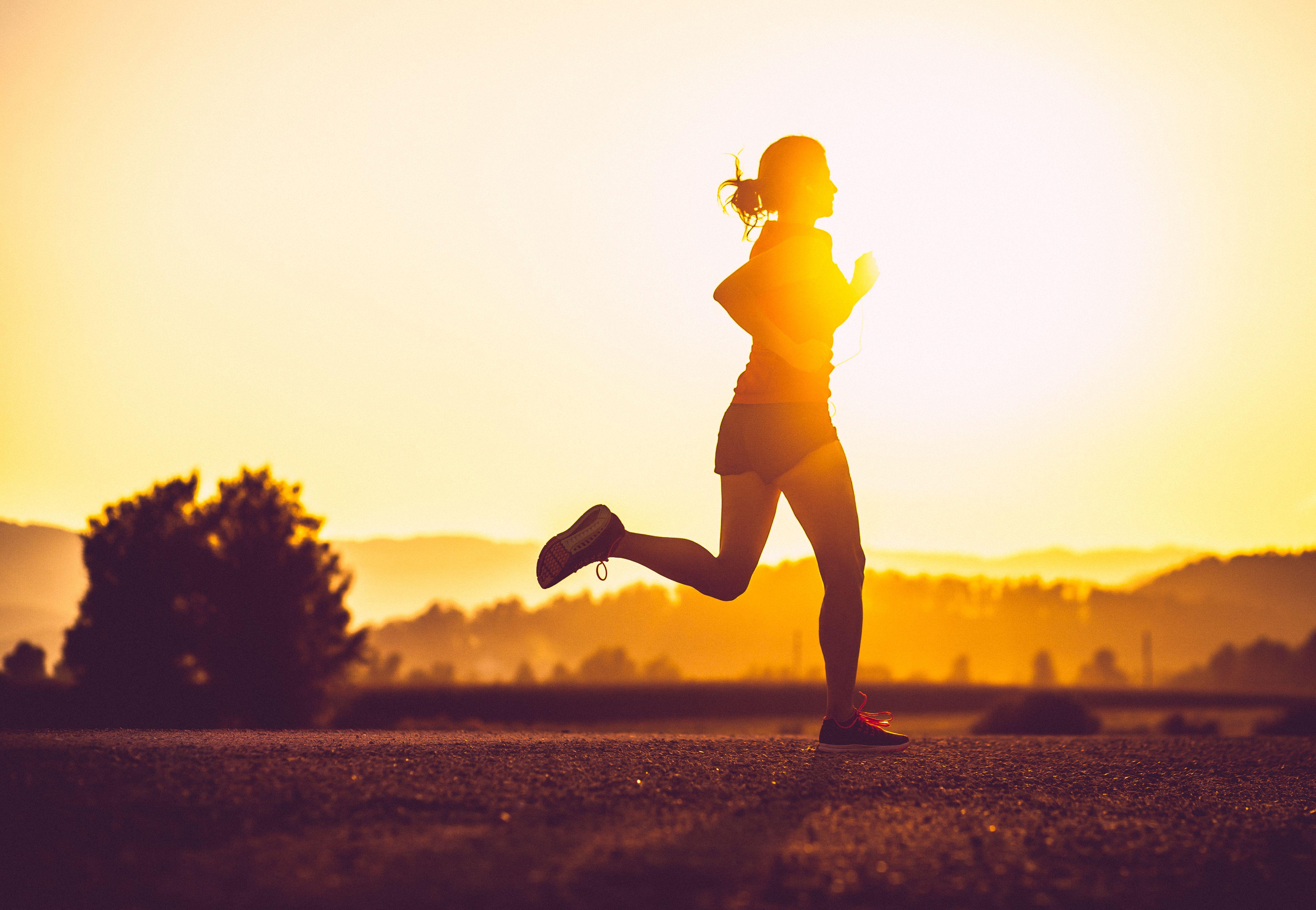 Mujer adulta corriendo al aire libre