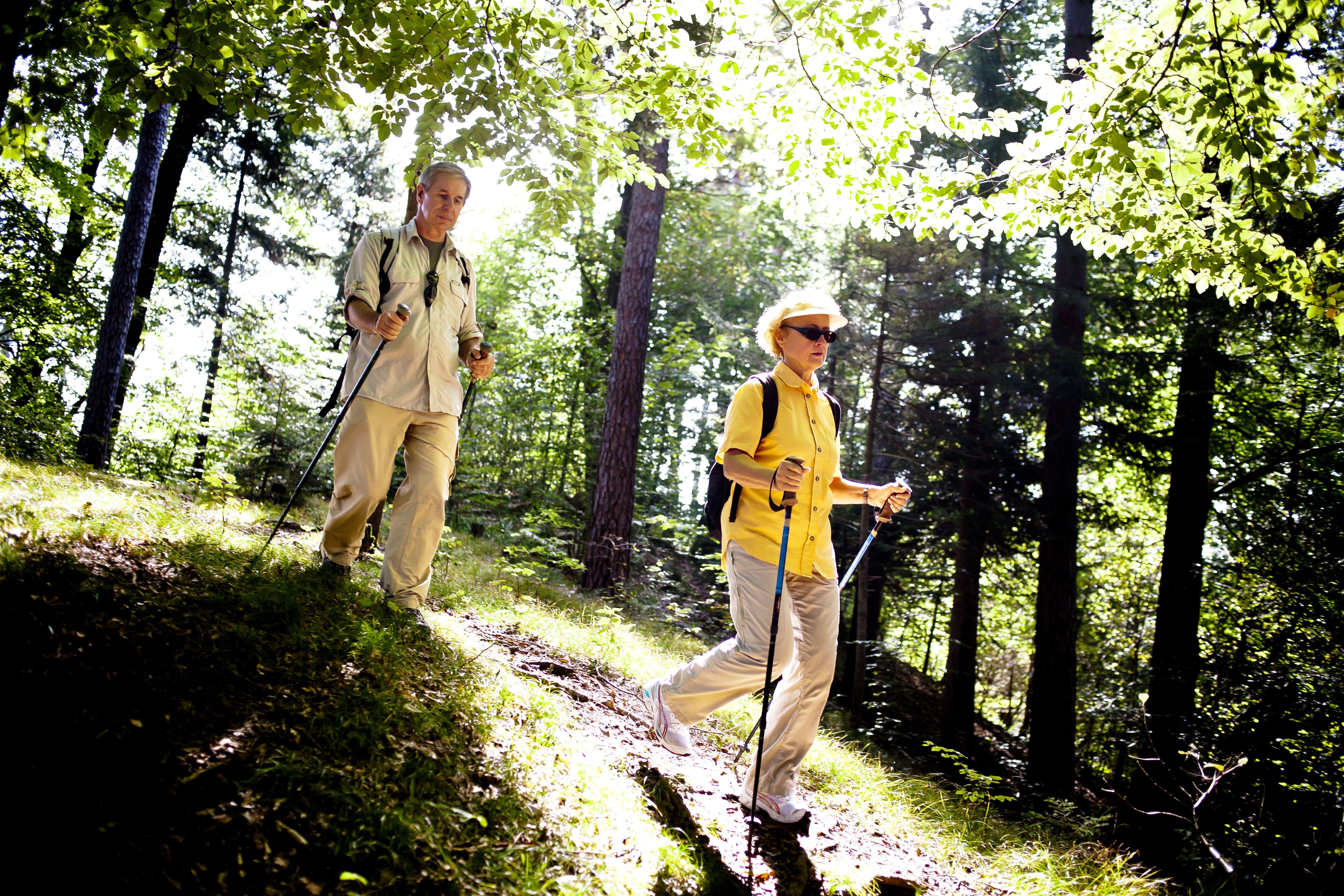 Cuesta abajo con bastones de trekking