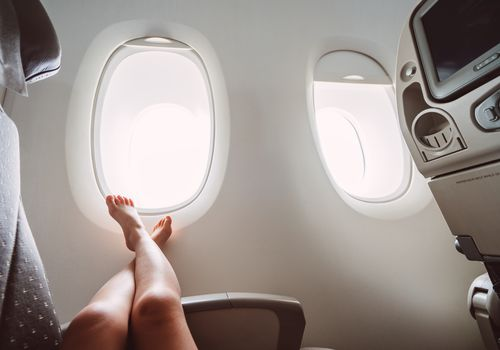 Mujer descansando en un avión