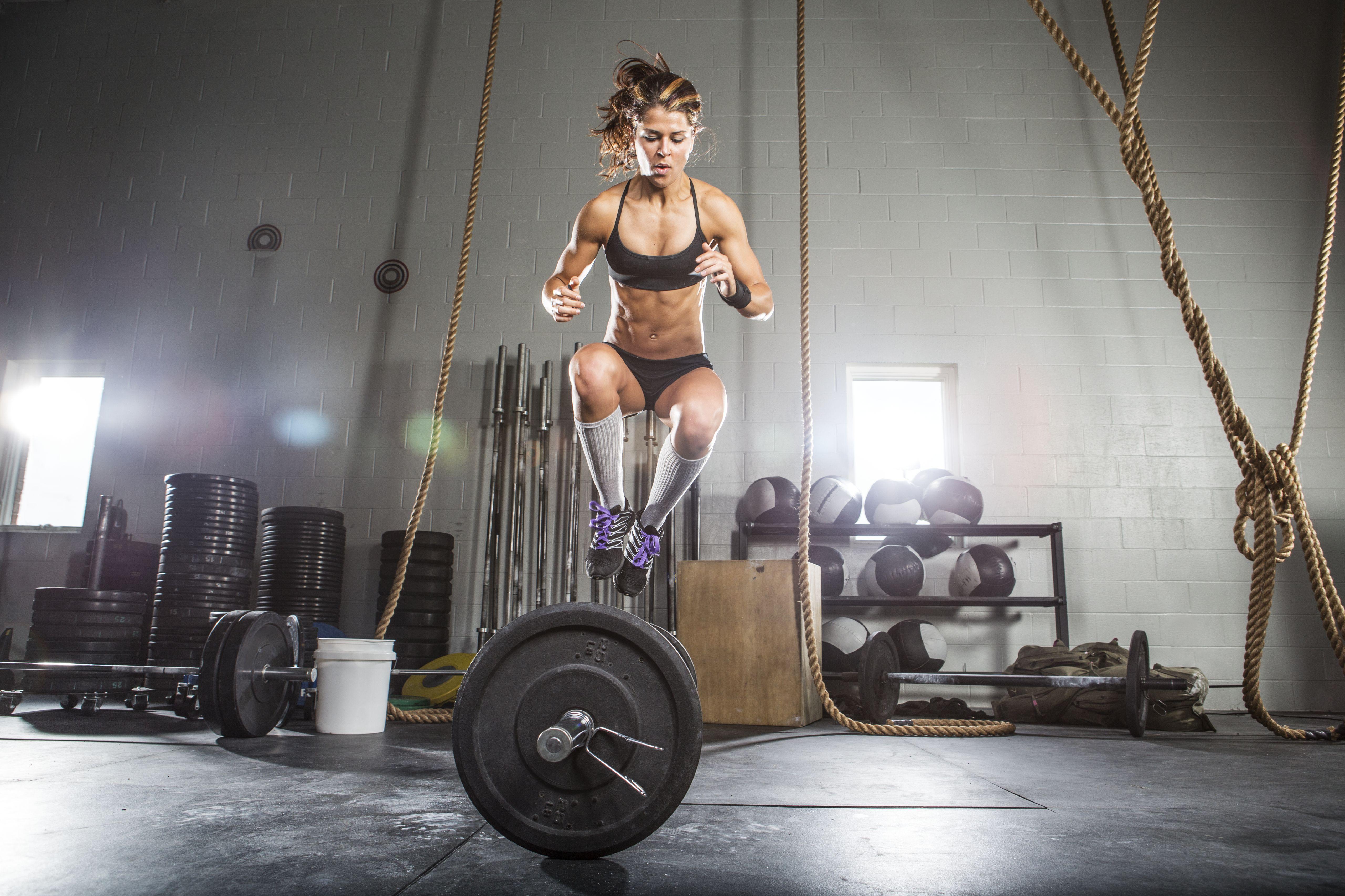 Atleta femenina saltando por encima de la barra