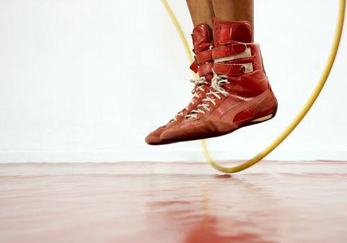 Cerca de los pies de una persona mientras saltan la cuerda