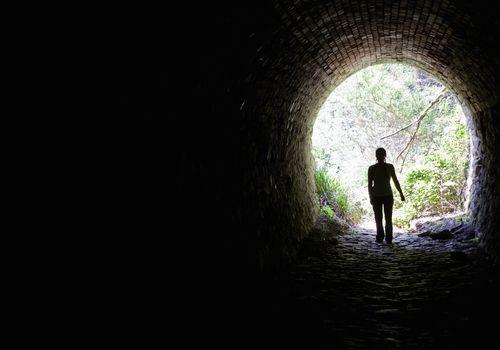 Caminando por un oscuro túnel