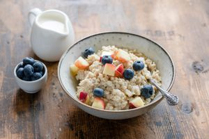 Healthy whole grain steel-cut oatmeal with blueberries and peaches
