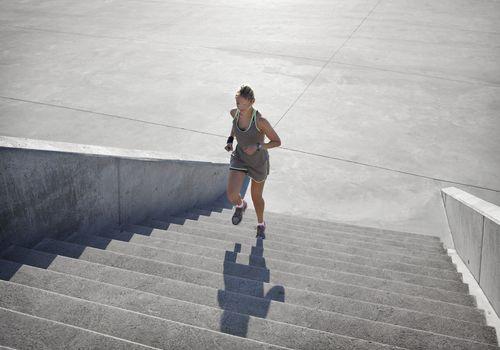 Mujer corriendo escaleras arriba