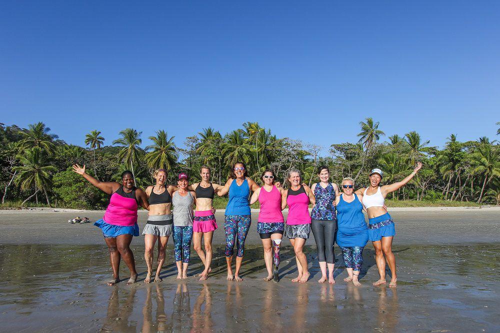 Mujeres de diferentes formas y tamaños al aire libre en atuendo de fitness