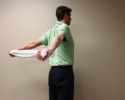 Use una toalla para ayudar a estirar los músculos pectorales.
