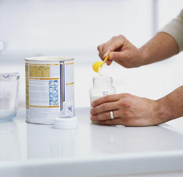putting baby formula in bottle