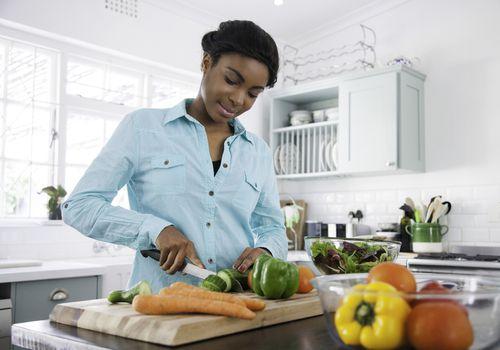 Mujer preparando ensalada saludable