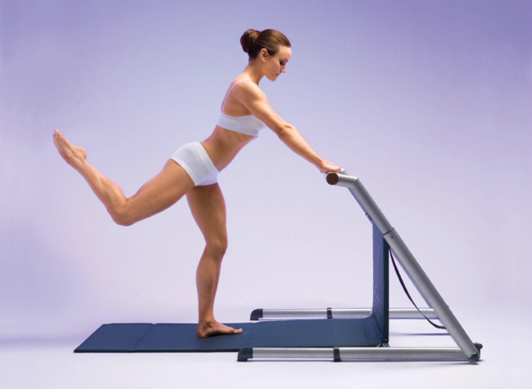 Mujer haciendo ejercicios de barra con una barra de fluidez