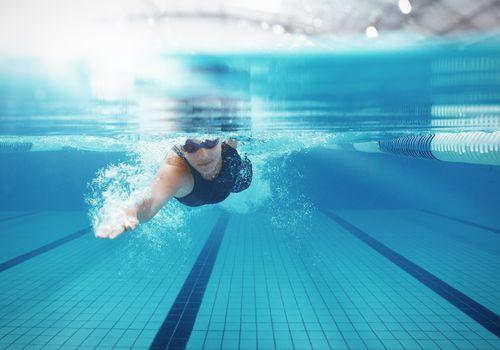 Nadador de carreras en la piscina
