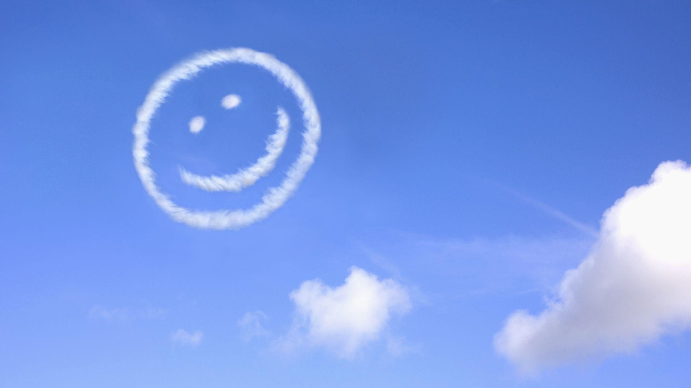Nubes de cara sonriente en el cielo
