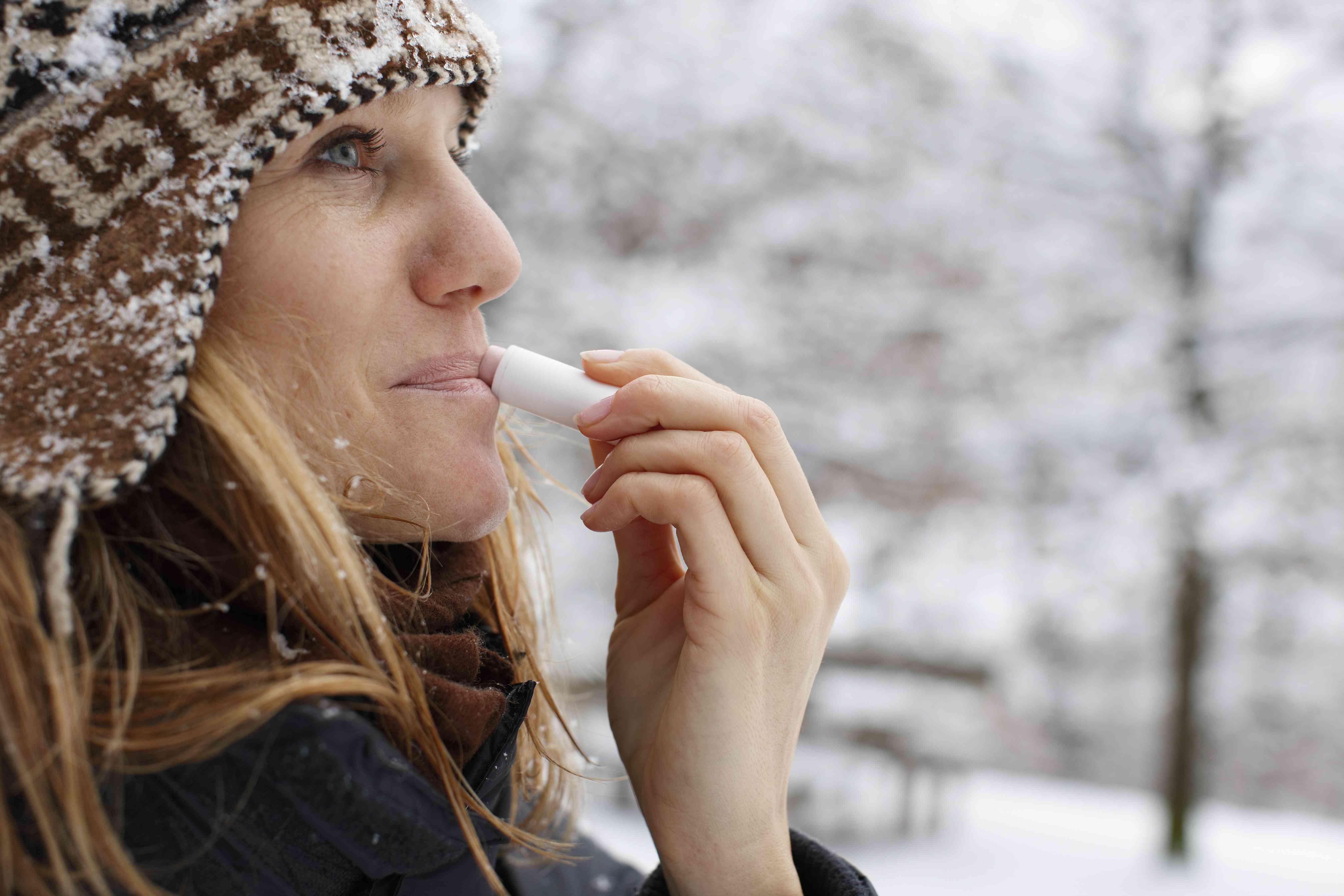 Mujer que usa bálsamo labial sin gluten