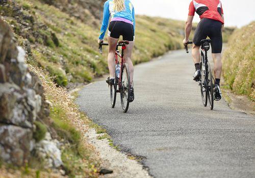 Pareja en shorts de ciclismo