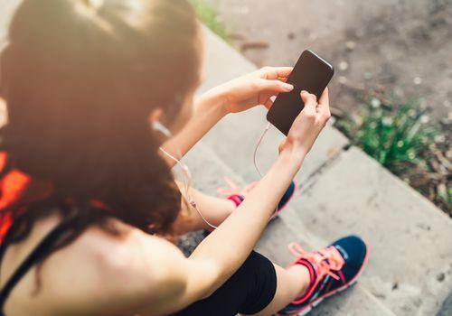 Mujer siguiendo sus pasos en una aplicación de teléfono celular