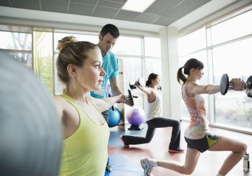 Mujeres levantando pesas en clase