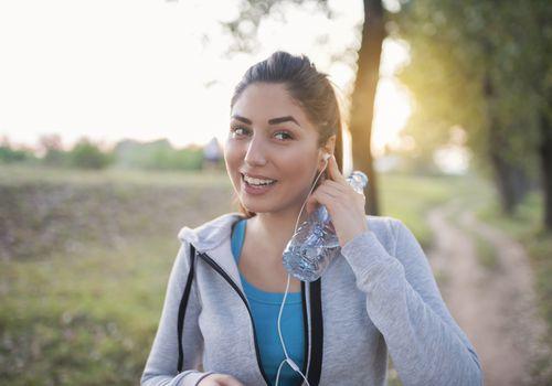 Mujer con auriculares caminando