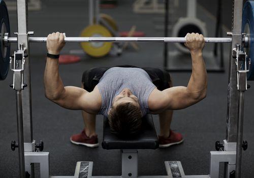 Hombre entrenando con pesas en el gimnasio