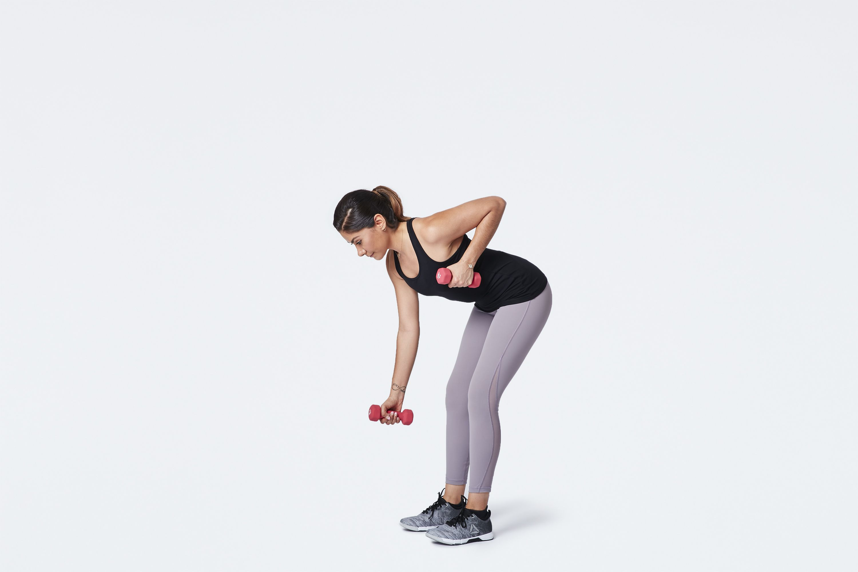 woman doing single arm dumbbell bent over row