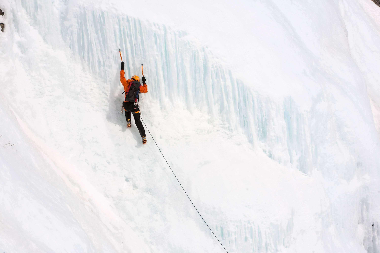 Deporte de nieve de escalada en hielo