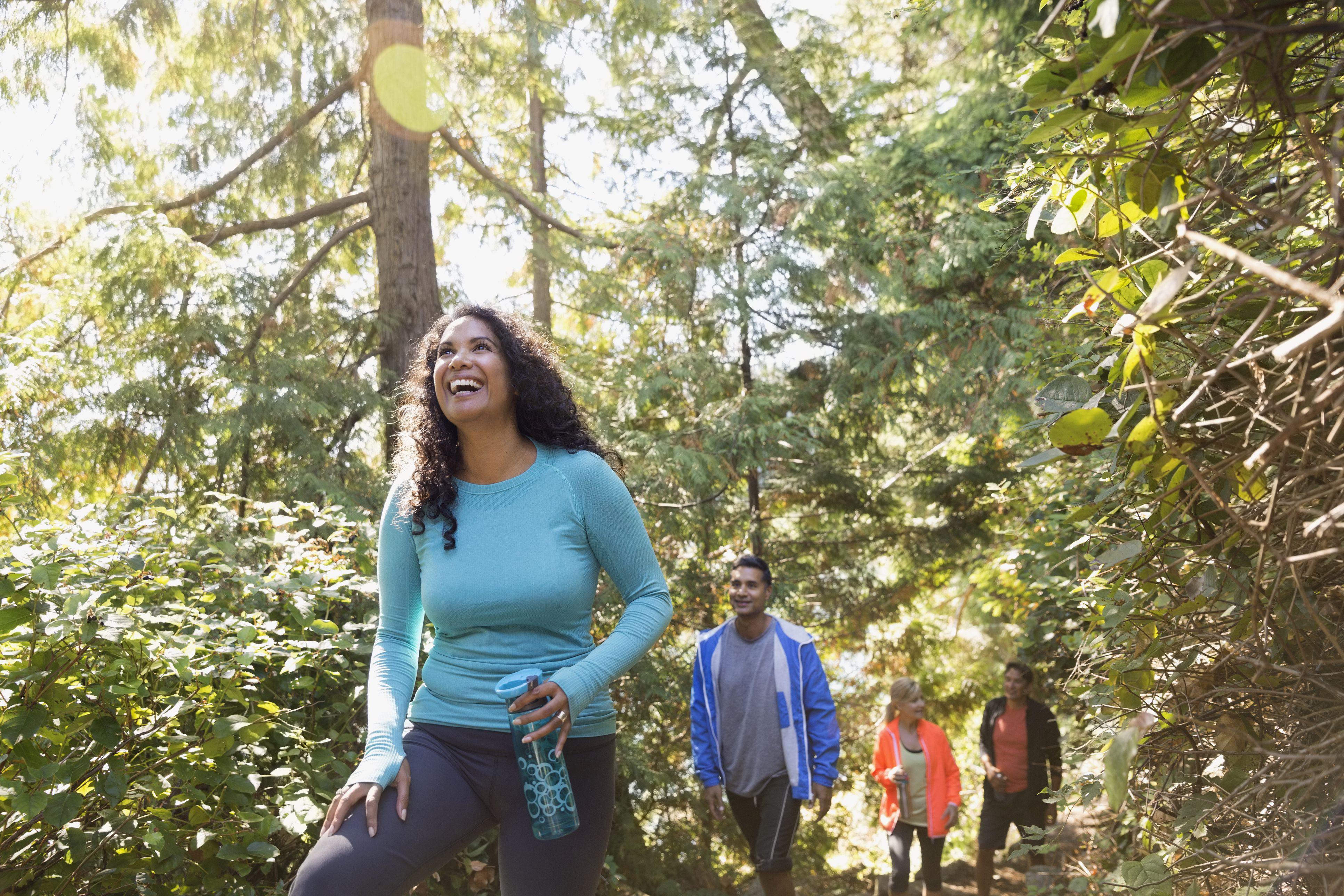 Senderismo familiar en el bosque
