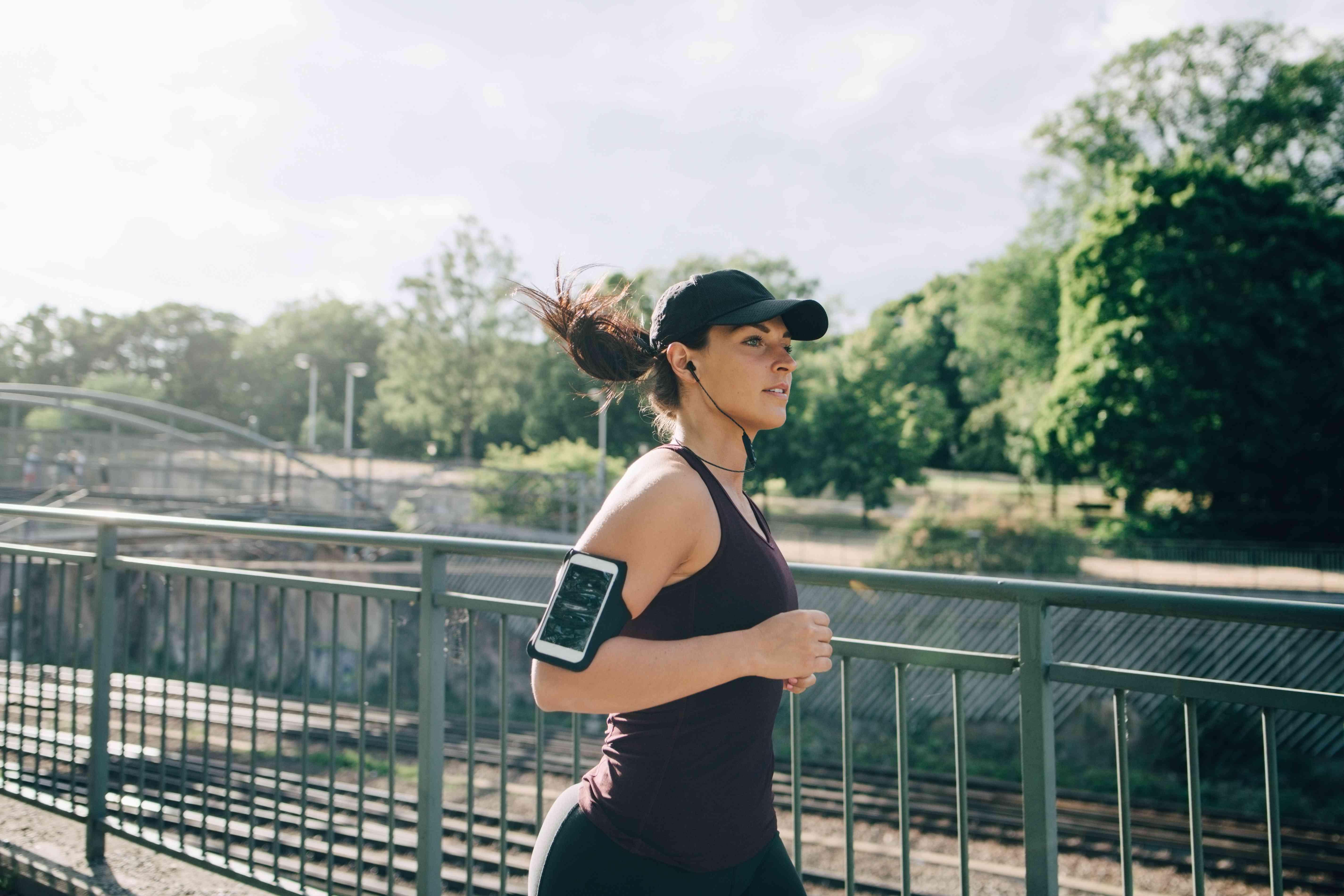 Mujer segura de sí misma corriendo sola afuera