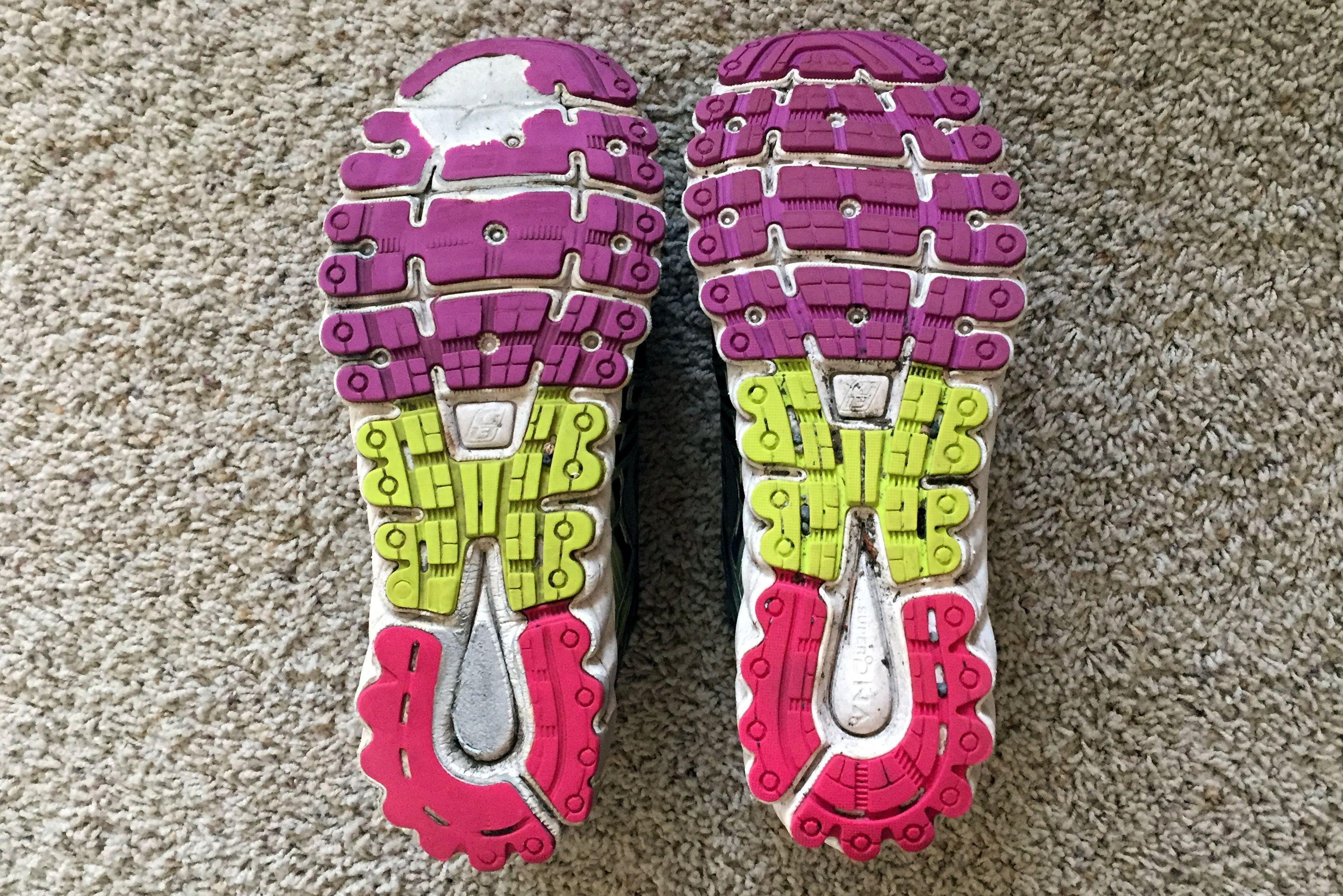 Zapato gastado en comparación con zapato más nuevo