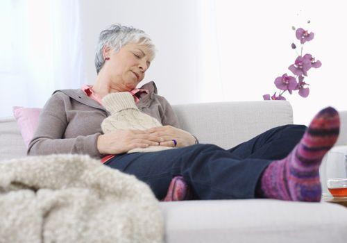 Mujer tendida en el sofá